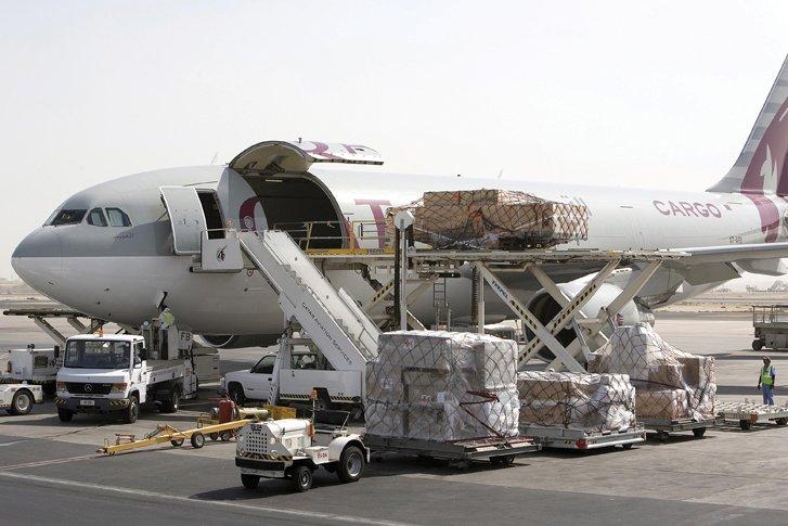 Transporte aéreo - Avión en proceso de carga