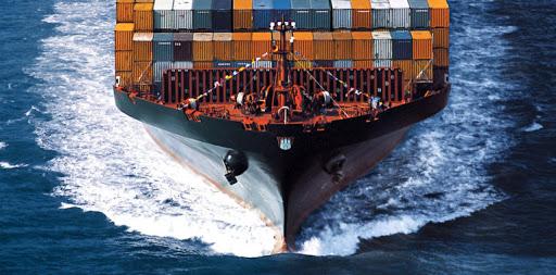 Transporte marítimo. Buque con carga vista frontal